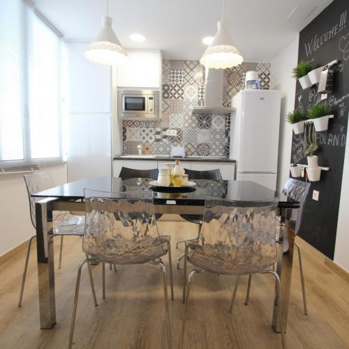 Ceres is a shared apartment in Alicante for expats. It has a balcony. Nearby restaurants and bars.